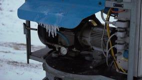 El cañón de la nieve para hacer nieve artificial en los deportes de invierno recurre almacen de video
