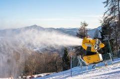 El cañón de la nieve produce nieve artificial Imagenes de archivo