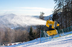 El cañón de la nieve produce nieve artificial Foto de archivo
