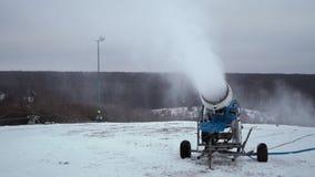 El cañón de la nieve que hace nieve artificial en los deportes de invierno recurre almacen de metraje de vídeo