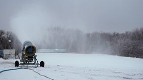 El cañón de la nieve que hace nieve artificial en los deportes de invierno recurre almacen de video