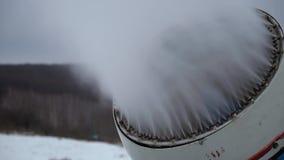 El cañón de la nieve que hace nieve artificial en los deportes de invierno recurre metrajes