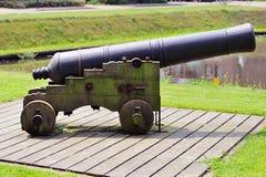 El cañón histórico se coloca listo en el canal Fotografía de archivo