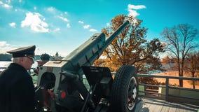 El cañón que tira al mediodía almacen de metraje de vídeo