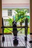 El cañón viejo de la guerra civil en las ruedas y ha sido señal de tiempo histórica del arma del mediodía fotos de archivo libres de regalías