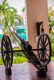 El cañón viejo de la guerra civil en las ruedas y ha sido señal de tiempo histórica del arma del mediodía foto de archivo libre de regalías