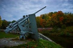 El cañón viejo de la Segunda Guerra Mundial en el fuerte Foto de archivo