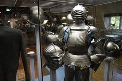El caballero con sus cascos y armadura imagenes de archivo