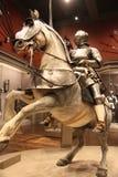 El caballero de Wielder A de la espada en un caballo imagen de archivo