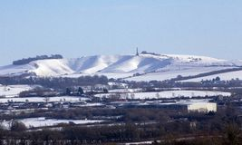 El caballo blanco de Cherhill en la nieve imágenes de archivo libres de regalías
