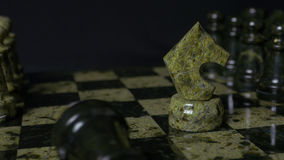El caballo blanco de Ghess derrota el empeño negro Foco selectivo Ajedrez, caballo y empeño Detalles del pedazo de ajedrez en fon fotos de archivo libres de regalías