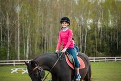 El caballo de montar a caballo joven de la deportista en la demostración ecuestre salta la competencia Paseo del adolescente un c Imagen de archivo libre de regalías