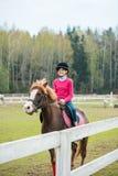 El caballo de montar a caballo joven de la deportista en la demostración ecuestre salta la competencia Paseo del adolescente un c Imagen de archivo