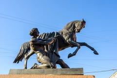 El caballo Tamers en el puente de Anichkov imagen de archivo libre de regalías