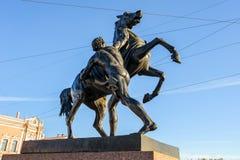El caballo Tamers en el puente de Anichkov fotos de archivo