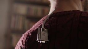 El cable D-sub gris está colgando orgánico de lado trasero del cuello humano del ` s almacen de metraje de vídeo