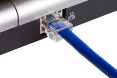 El cable de la red tapó en la computadora portátil Fotos de archivo