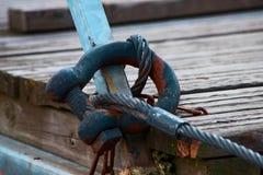 El cable del metal se fija al cierre del embarcadero imagen de archivo libre de regalías