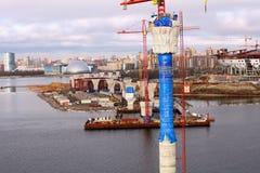 El cable del pilón permanecía el puente bajo construcción el golfo de Finlandia Imagen de archivo libre de regalías