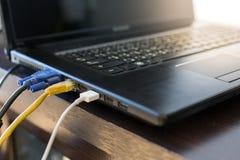 El cable LAN y el cable de VGA conecta con el ordenador portátil imágenes de archivo libres de regalías