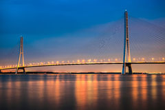 El cable permanecía el puente en la noche foto de archivo