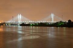 El cable permanecía el puente en la noche Imagenes de archivo