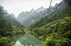 El cablecarril más largo del mundo, opinión del paisaje con el lago, montañas, bosque verde y niebla - montaña de Tianmen, el ` d Fotos de archivo