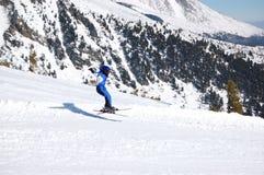 el Cabrito-esquiador vuela sobre cuesta Imagenes de archivo