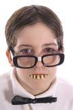 El cabrito Nerdy con los malos dientes pone en cortocircuito Fotografía de archivo libre de regalías