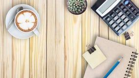 el cactus, calculadora, libro del vintage, clip, se corrige y el latte co Fotos de archivo