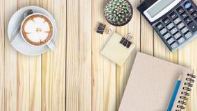 el cactus, calculadora, libro del vintage, clip, se corrige y el latte co Foto de archivo libre de regalías