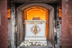 El cadáver en el ataúd está quemando en la cremación Imágenes de archivo libres de regalías