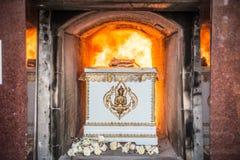 El cadáver en el ataúd está quemando en la cremación Imagen de archivo libre de regalías