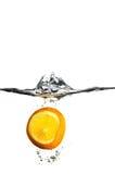 El caer anaranjada en el agua Imagen de archivo