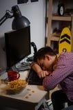 El caer cansada adolescente dormido en la tabla del ordenador Foto de archivo libre de regalías