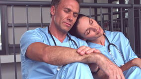 El caer cansada del equipo médico dormido en piso almacen de video