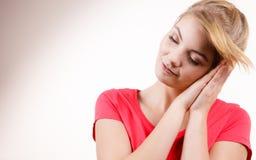 El caer cansada soñolienta de la muchacha de la mujer casi dormido fotografía de archivo