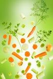El caer clasificada de las verduras frescas Imagenes de archivo