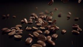 El caer de la cámara lenta de los granos de café almacen de video