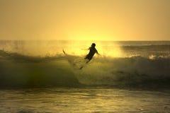 El caer de la persona que practica surf de la puesta del sol Imágenes de archivo libres de regalías