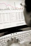 El caer de observación del precio de las acciones del corredor Fotografía de archivo