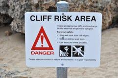 El caer del área del riesgo del acantilado de la muestra de seguridad de la precaución Fotos de archivo libres de regalías