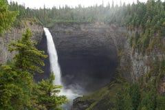 El caer del agua de un alto acantilado Foto de archivo