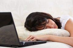 El caer dormido mientras que usa la computadora portátil Imagenes de archivo