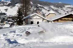 El caer en la nieve fotografía de archivo libre de regalías