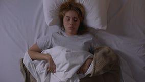 El caer enfadada del canto de la mujer dormido en la noche, condiciones inc?modas el dormir almacen de metraje de vídeo