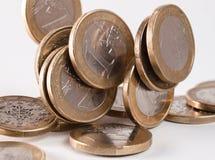 El caer euro de las monedas Imagenes de archivo