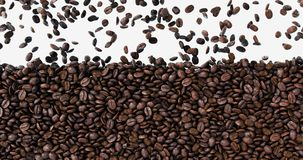 El caer granos de café oscuros recientemente asados que llenan la pantalla de cristal almacen de video