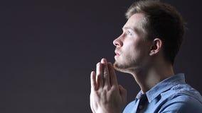 El caer ligera en el hombre que ruega fielmente a dios, creencia en los cambios para mejor metrajes
