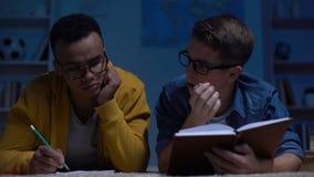 El caer multirracial sobrecargada soñolienta del estudiante dormido en la noche antes del examen almacen de video